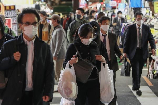▲일본의 신종 코로나바이러스 감염증(코로나19)의 일일 신규 확진자가 처음으로 2600명을 돌파했다. 사진은 일본 도쿄에서 시민들이 마스크를 쓰고 거리를 걷는 모습. (사진 제공=도쿄/신화뉴시스)
