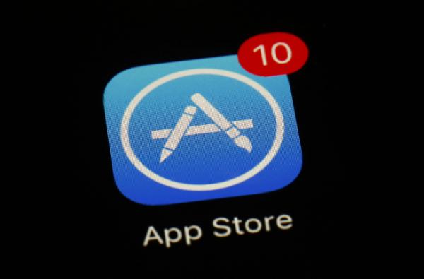 ▲스마트폰 화면에 애플의 앱스토어 아이콘이 띄워져있다. 애플은 18일(현지시간) 내년 1월부터 중소개발사에 수수료를 15% 인하해주겠다고 밝혔다. AP뉴시스