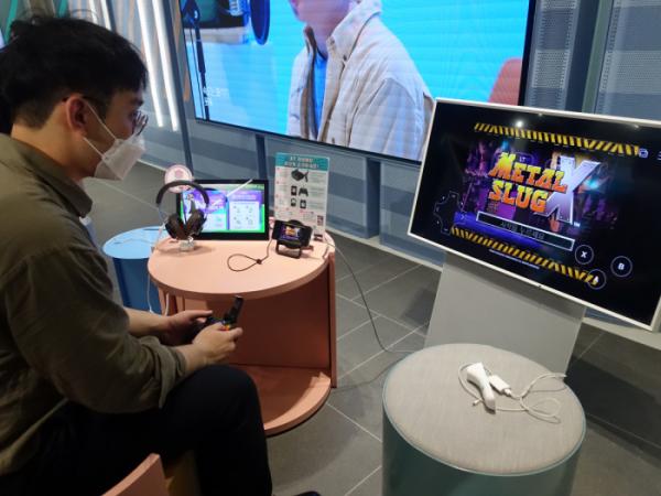 ▲기자가 KT의 게임 구독형 서비스 '게임박스'를 체험하고 있다.  (정대한 수습기자 vishalist@)