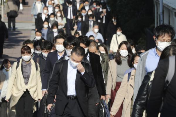 ▲일본 도쿄에서 17일(현지시간) 마스크를 쓴 행인들이 거리를 지나가고 있다. 도쿄/AP연합뉴스