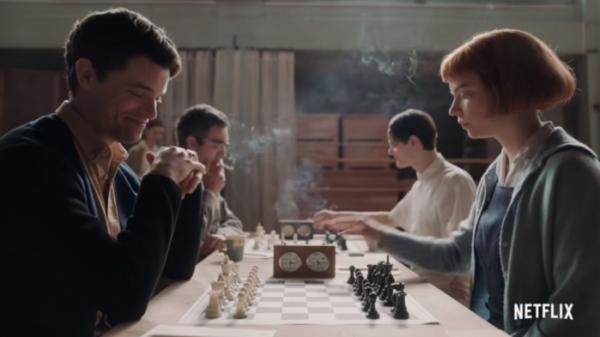 ▲'퀸스 갬빗'은 1950년대 보수적인 미국 사회를 배경으로 한다. 체스가 남자들의 전유물이던 시대, 베스는 뛰어난 재능과 노력으로 세상의 편견에 균열을 낸다. (출처=넷플릭스 유튜브 캡처)
