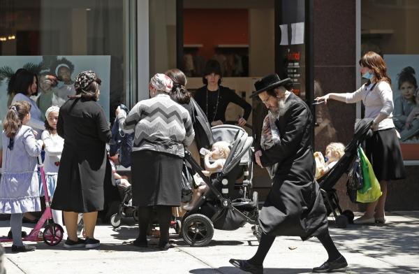 ▲6월 8일(현지시간) 미국 뉴욕에서 시민들이 길거리를 걷고 있다. 뉴욕/AP뉴시스