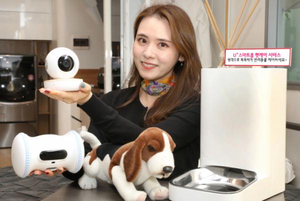 ▲LG유플러스는 반려동물 전용 기기 구성품을 변경하고 가입 혜택을 강화한 'U+스마트홈 펫케어' 신규 서비스를 선보인다. (사진제공=LG유플러스)