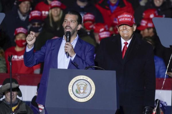 ▲미국 대선 전날인 지난 2일 유세하는 도널드 트럼프 주니어(왼쪽)와 그의 아버지 도널드 트럼프 대통령(사진=AP/연합뉴스)