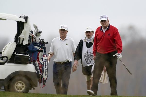 ▲도널드 트럼프 미국 대통령이 21일(현지시간) 버지니아주 스털링에 위치한 트럼프골프클럽을 방문해 골프를 치고 있다. 스털링/AP뉴시스