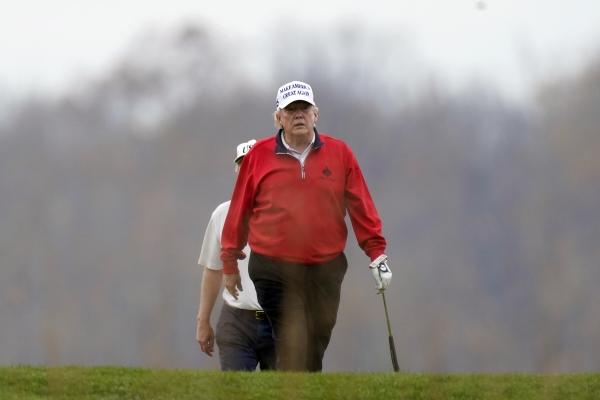 ▲도널드 트럼프 미국 대통령이 21일(현지시간) 버지니아주 스털링에 위치한 트럼프내셔널골프클럽에서 라운딩을 하고 있다. 스털링/AP뉴시스