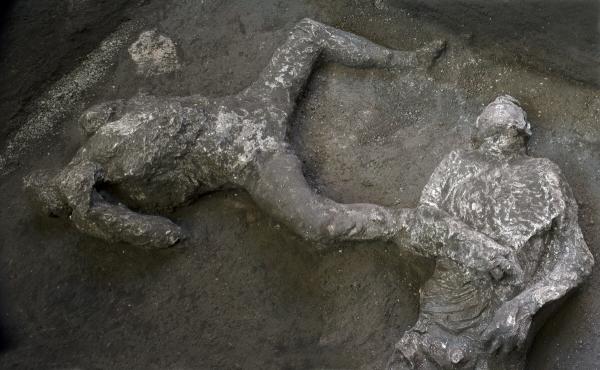 ▲폼페이 유적지에서 발견된 화산 폭발 희생자들의 석고상. AP연합뉴스
