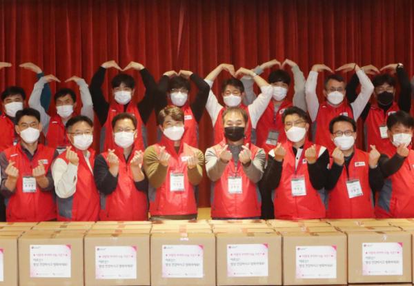 ▲김종섭(앞줄 왼쪽에서 5번째) LG유플러스 동반성장/구매담당 등 참가자들이 '사랑의 꾸러미' 제작을 마치고 기념촬영하고 있다. (사진제공=LG유플러스)