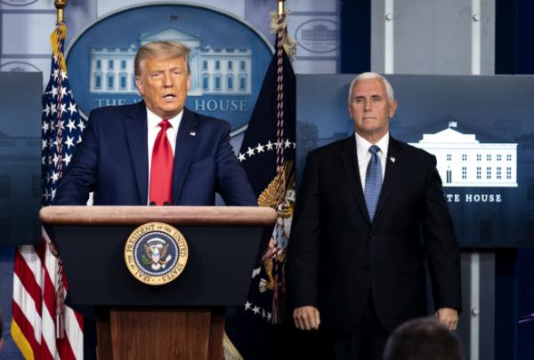 ▲도널드 트럼프(왼쪽) 미국 대통령이 24일(현지시간) 워싱턴D.C. 백악관 브리핑룸에서 다우존스30 산업평균지수 축하 기자회견을 진행하고 있다. 워싱턴D.C./EPA연합뉴스