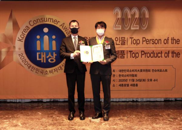 ▲24일 서울시 중구 세종호텔에서 개최된 '2020 대한민국소비자대상' 시상식에서 시상자인 구스타브 슬라메취카 주한체코대사(왼쪽)와 홍성표 KCC글라스 부장이 기념 촬영을 하고 있다.  (사진제공=KCC글라스)