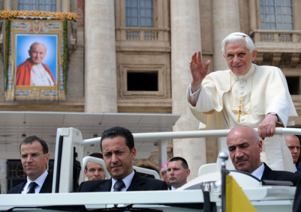 ▲<YONHAP PHOTO-4840> (FILES) In this file photo taken on May 04, 2011 Pope Benedict XVI (R) waves as he stands in his papamobile with his butler Paolo Gabriele (C) upon arrival for a weekly general audience on May 4, 2011 at St Peter's square at The Vatican. - The ex-butler of former Pope Benedict XVI, who was jailed for leaking secret papal documents to the media, has died after a long illness, the Vatican announced on November 24, 2020. Paolo Gabriele was sentenced to 18 months in prison in 2012 for stealing documents which revealed fraud scandals and intrigue at the heart of the Catholic church. (Photo by Vincenzo PINTO / AFP)/2020-11-24 23:21:48/<저작권자 ⓒ 1980-2020 ㈜연합뉴스. 무단 전재 재배포 금지.> (연합뉴스)