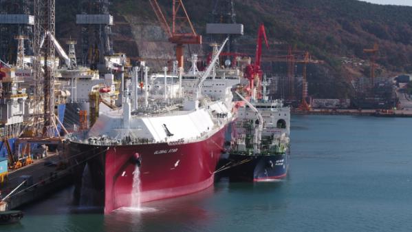 ▲대우조선해양 옥포조선소에서 선박 대 선박 LNG 선적작업이 이뤄지고 있다. (사진제공=대우조선해양)