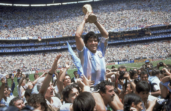 ▲디에고 마라도나가 1986년 6월 29일 멕시코 월드컵 결승전에서 아르헨티나가 승리한 후 우승컵을 높이 들어보이고 있다. 마라도나는 25일 아르헨티나 부에노스아이레스 자택에서 심장마비로 사망했다. 멕시코시티/AP연합뉴스