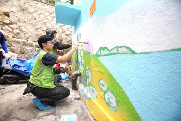 ▲현대엔지니어링 임직원들이 서울역 인근 '디딤돌하우스 3호' 리모델링 현장을 방문해 벽화 그리기 봉사활동을 실시하고 있다. (현대엔지니어링)