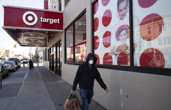 ▲미국 뉴욕시 브루클린에서 4월 6일(현지시간) 마스크를 쓴 시민이 마트에서 산 물건을 들고 지나가고 있다. 브루클린/AP뉴시스