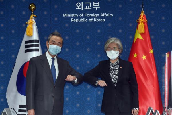 ▲기념 촬영하는 왕이-강경화 (연합뉴스)