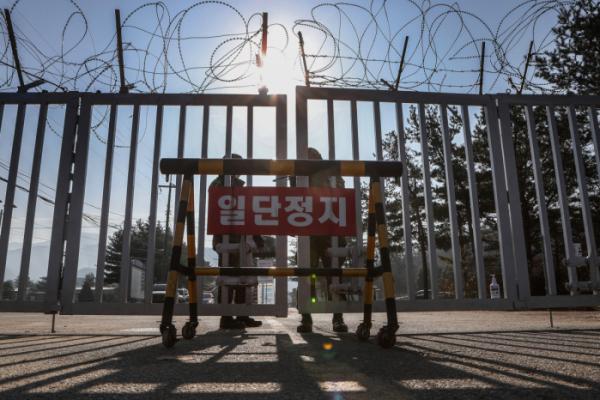 ▲26일 경기도 연천군 육군 5사단 신병교육대에서 위병소 장병이 출입문을 닫고 있다. (연합뉴스)