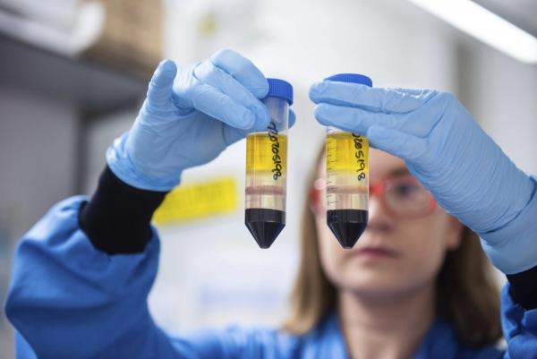 ▲23일(현지시간) 영국 옥스퍼드대 연구실에서 연구원이 아스트라제네카 백신을 들어보이고 있다. 옥스퍼드/AP뉴시스