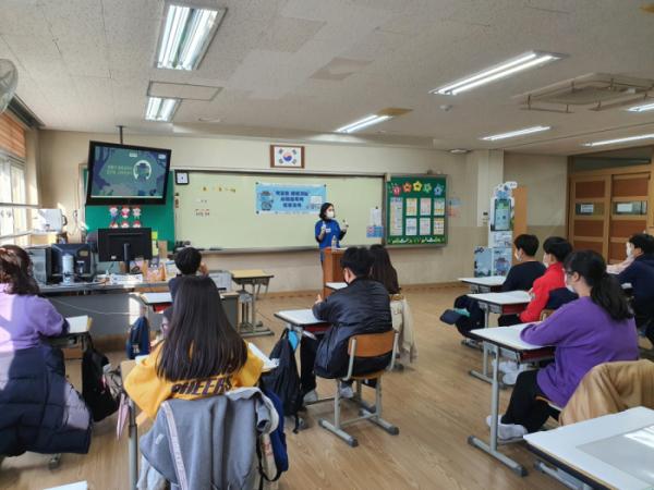 ▲'푸른코끼리' 전문강사가 서울탑동초등학교 6학년 학생들을 대상으로 사이버 폭력 예방 교육을 실시하고 있다. (사진제공=삼성전자)