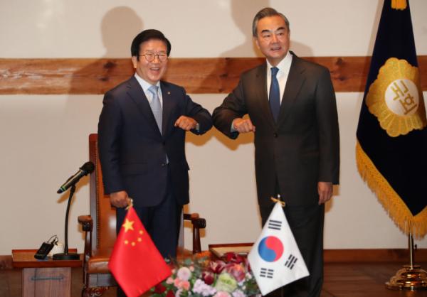 ▲인사하는 왕이 중국 외교부장과 박병석 국회의장, (연합뉴스)