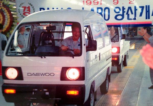 ▲1991년 9월 2일 대우국민차 창원공장에서 양산을 시작한 다마스(앞)와 라보(뒤)가 공장을 빠져나오고 있다.  (사진제공=한국지엠)