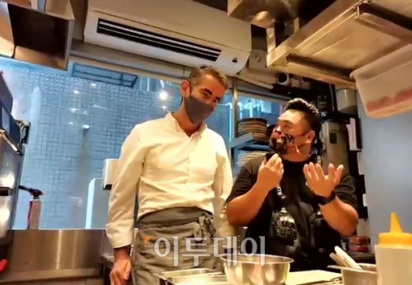 ▲셰인 오스본 셰프가 이날 선보일 음식에 대해 설명하고 있다.