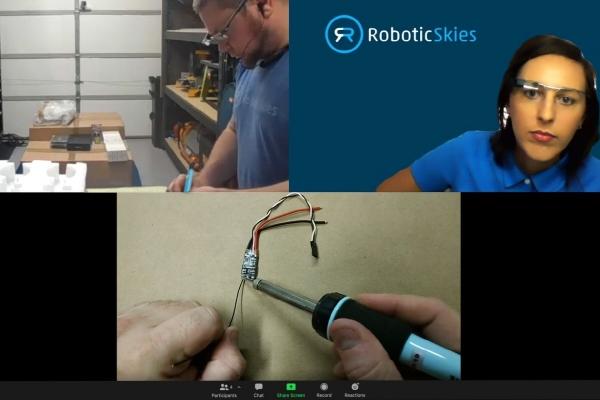 ▲드론 유지보수회사 로보틱스카이즈의 서비스 센터 직원들이 구글 스마트 안경 '구글글래스'를 활용, 전문가들의 조언을 원격에서 실시간으로 받으면서 제품을 수리하고 있다. 사진제공 로보틱스카이즈