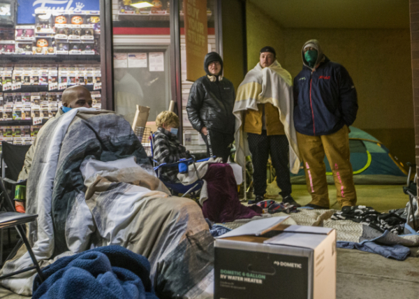 ▲미국 인디애나주 미사와카의 게임스탑 매장 앞에서 27일(현지시간) 사람들이 텐트를 치고 개점을 기다리고 있다. 미사와카/AP뉴시스