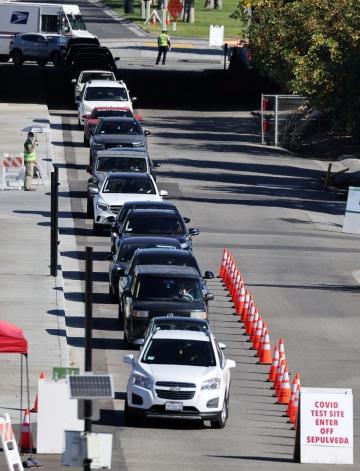 ▲1일(현지시간) 미국 캘리포니아주 로스앤젤레스(LA)의 신종 코로나바이러스 감염증(코로나19) 검사소 앞에 주민들이 타고 온 차량이 차례를 기다리며 줄지어 서 있다. LA/로이터연합뉴스