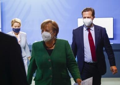 ▲앙겔라 메르켈 독일 총리를 수행하는 슈테펜 자이베르트 총리실 대변인 (EPA/연합뉴스)