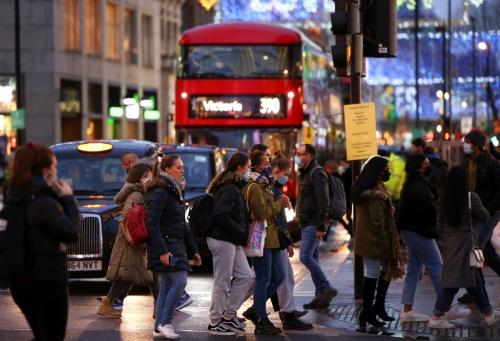 ▲최근 신종 코로나바이러스 감염증(코로나19) 확진자가 급증한 영국 런던의 옥스퍼드 거리를 사람들이 걷고 있다. 런던/로이터연합뉴스  (런던=로이터/연합뉴스)