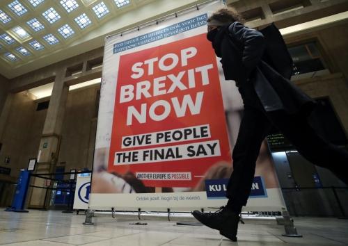 ▲벨기에 브뤼셀에서 17일(현지시간) 행인이 '브렉시트를 당장 멈춰라'고 쓰인 광고판을 지나가고 있다. 유럽의회는 미래관계 협상 시한을 20일로 제시했지만, 영국은 노딜 브렉시트 가능성에 무게를 뒀다. 브뤼셀/로이터연합뉴스