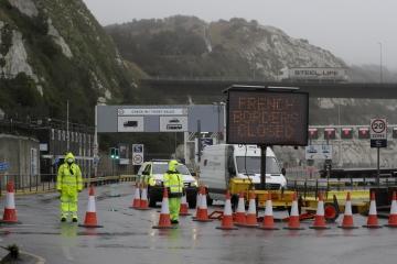 ▲영국 도버항의 페리 터미널이 21일(현지시간) 봉쇄된 상태로 있는 가운데 전광판에 '프랑스 국경이 폐쇄됐다'는 안내가 나오고 있다. 프랑스 정부는 영국에서 변종 코로나19가 등장하자 전날 자정부터 48시간 동안 영국발 입국을 전면 금지했다. 도버/AP뉴시스