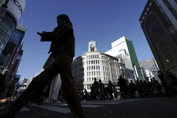 ▲17일 일본 도쿄의 긴자 쇼핑 거리에서 마스크를 쓴 시민들이 건널목을 건너고 있다. 도쿄/AP뉴시스