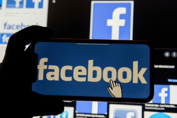 ▲스마트폰 화면에 세계 최대 소셜미디어업체 페이스북의 로고가 나타나있다. 월스트리트저널(WSJ)은 지난달 30일(현지시간) 페이스북이 소프트웨어 스타트업 커스터머를 인수한다고 밝혔다. 로이터연합뉴스