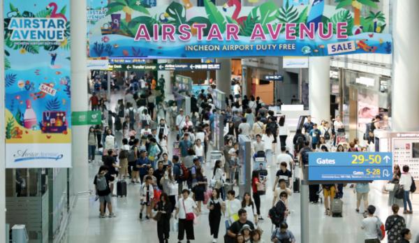 ▲지난해 8월 4일 휴가철을 맞이한 인천공항 제1여객터미널이 해외여행을 떠나는 시민들로 붐비고 있다. (뉴시스)