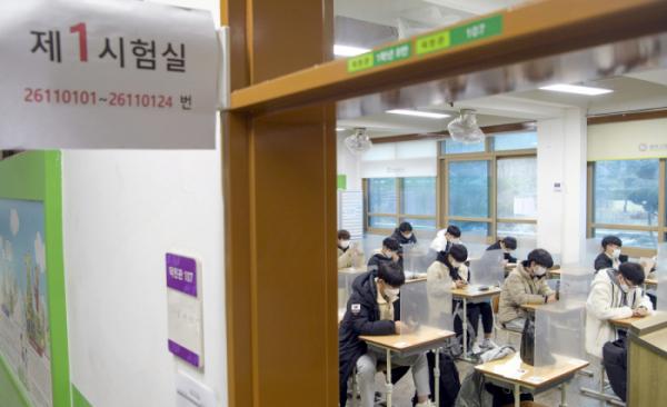 ▲2021학년도 대학수학능력시험이 실시된 3일 오전 광주 서구 26지구 제11시험장(광덕고등학교)에서 수험생들이 시험 시작을 기다리고 있다.  (뉴시스)