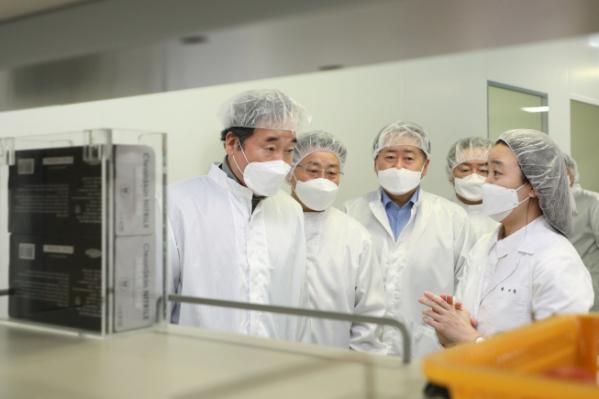 ▲더불어민주당 이낙연 대표가 5일 경북 안동 SK바이오사이언스 공장을 찾아 연구시설을 살펴보고 있다. 이 대표는 이날 방문에서 백신 생산 현장의 애로 사항을 청취하고 관계자들을 격려했다. (사진=연합뉴스)
