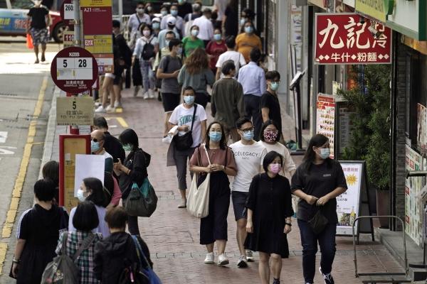 ▲지난해 10월 9일 홍콩 시민이 마스크를 쓴 채 거리를 활보하고 있다. 홍콩/AP뉴시스