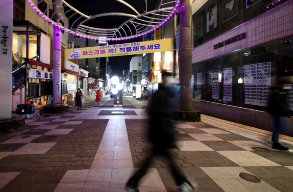 ▲제주형 사회적 거리두기 2단계 시행 첫날인 18일 오후 제주시 연동 누웨마루 거리가 지나는 사람이 없어 한산한 모습을 보이고 있다.  (뉴시스)