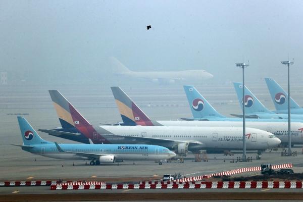 ▲인천국제공항 주기장에 대한항공과 아시아나항공 항공기가 서 있다. ((연합뉴스))