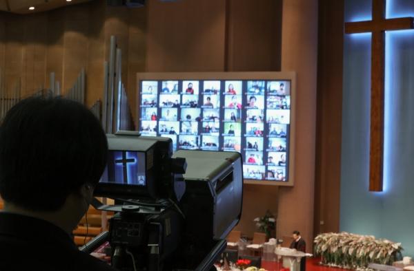 ▲크리스마스인 25일 서울 여의도순복음교회에서 비대면 온라인 중계로 성탄 축하 예배가 열리고 있다. 연합뉴스