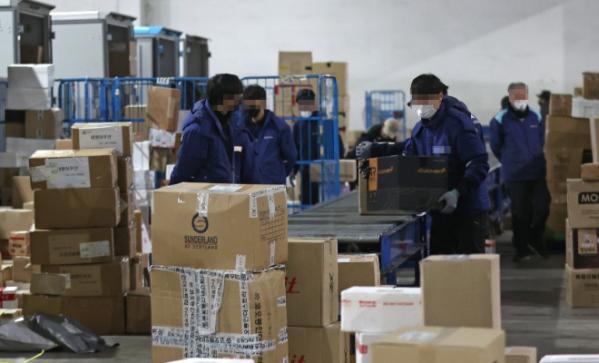 ▲서울 송파구 서울동남권물류단지에서 택배 노동자들이 분류 작업을 하고 있다.  (연합뉴스)