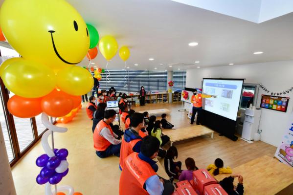 ▲KCC 건축자재가 적용된 함안군 지역아동센터에서 자원봉사단이 아이들을 대상으로 방과후 프로그램을 진행하고 있다. (사진제공=KCC)