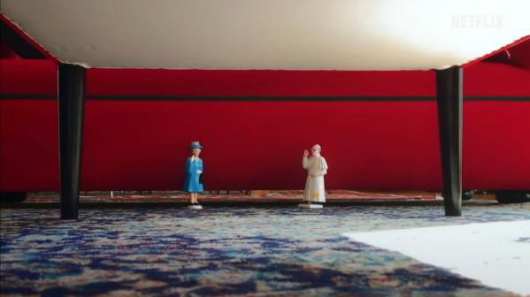 ▲테이블 아래에서 이뤄진 영국 여왕과 교황과의 만남. 파올로 소렌티노의 '밤 끝으로의 여행'은 독특한 상상력과 목소리 연기가 돋보이는 작품이다. (출처=넷플릭스 유튜브 캡처)