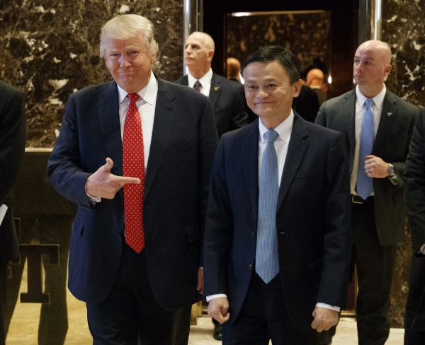 ▲도널드 트럼프(왼쪽) 미국 대통령이 자신의 취임 전인 2017년 1월 9일 뉴욕 트럼프타워에서 마윈 알리바바그룹홀딩 설립자와 면담하고 나서 함께 사진을 찍고 있다. 뉴욕/AP뉴시스