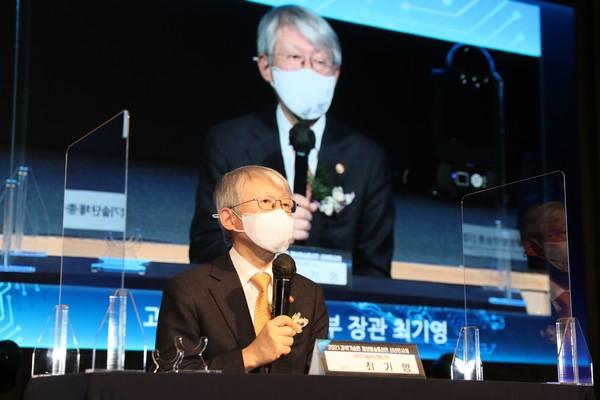 ▲최기영 과학기술정보통신부 장관이 신년덕담을 하고 있다. (사진제공=한국정보방송통신대연합)