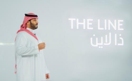 ▲무함마드 빈 살만 사우디아라비아 왕세자가 10일(현지시간) 북서부에 개발 중인 스마트 시티 네옴에 들어설 탄소 제로 도시 조성 프로젝트인 '더 라인'을 공개하고 있다. 네옴/로이터연합뉴스