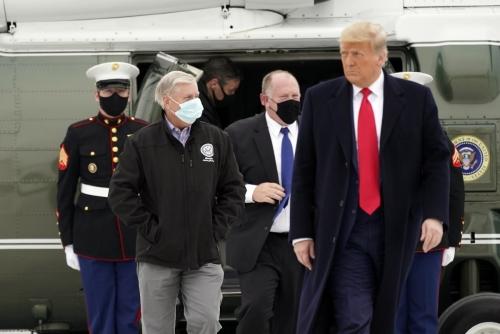 ▲도널드 트럼프(오른쪽) 미국 대통령이 12일(현지시간) 텍사스 할린전 밸리 국제공항에 도착, 대통령 전용 헬기 마린원에서 내리고 있다. 할린전/AP연합뉴스