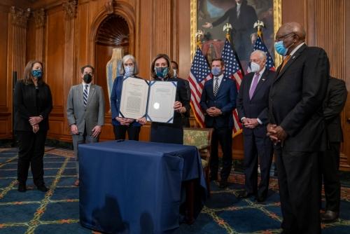 ▲낸시 펠로시 미국 하원의장이 13일(현지시간) 미 의회에서 도널드 트럼프 미국 대통령 탄핵안에 서명하고 나서 이를 들어보이고 있다. 워싱턴D.C./UPI연합뉴스